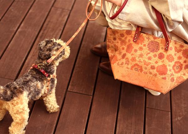 コルクを使用した華やかな花柄のトートバッグと犬用リード