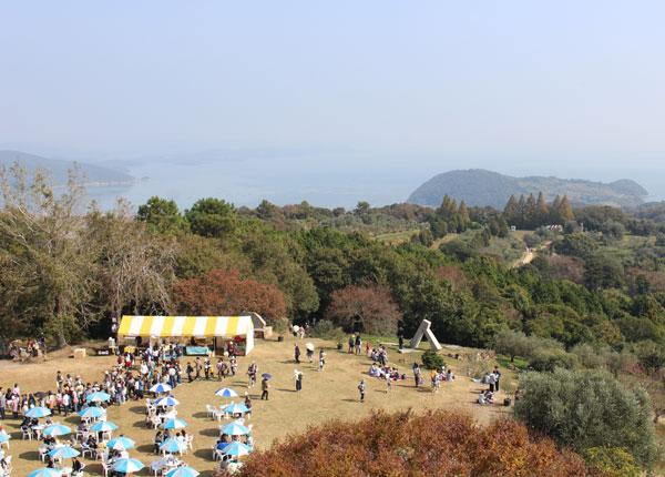 10月開催の収穫祭は毎年大勢の人で賑わう