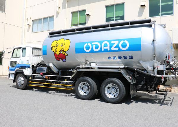 小田象10tトラックは、キャラクターマスコットの「ODAZOくん」が目印