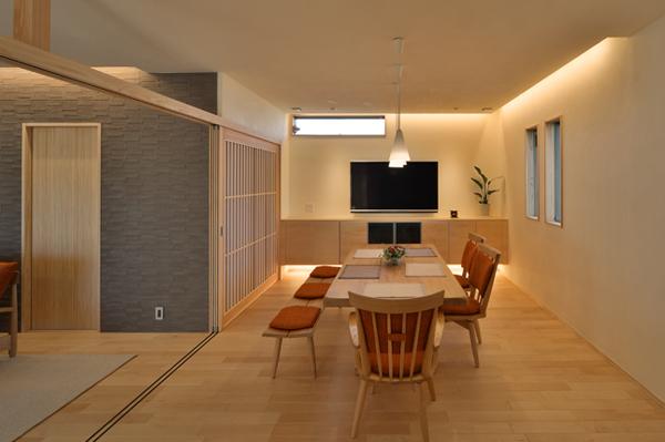 直線を生かしたデザインの建具で、洗練されたモダン住宅を演出