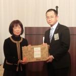 玉島JC事務員川合さんに日頃の感謝を込めて記念品を贈呈